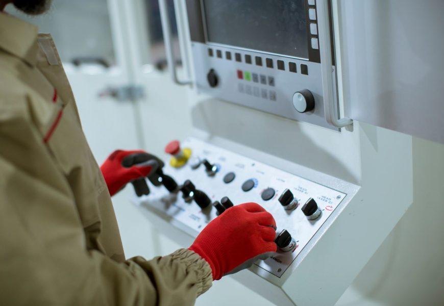 Montaż maszyn wykonywany przez specjalistów – dlaczego warto?
