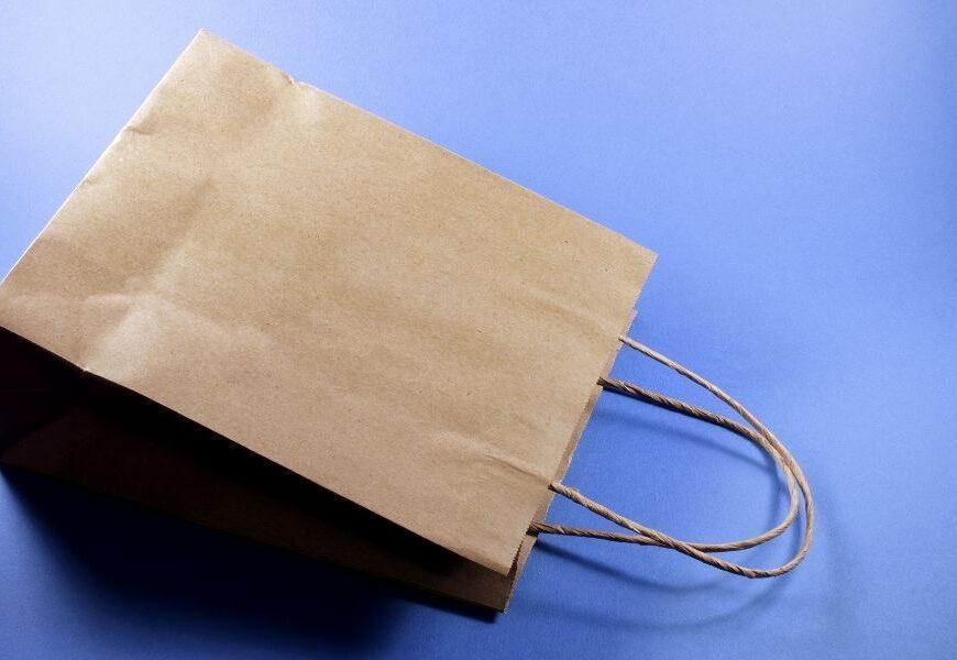Czym kierować się wybierając nowoczesne torebki z logo?